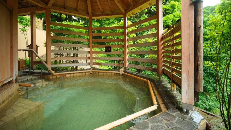 森の湯 立湯露天風呂「満天の湯・月」※1m~1m30cmの水深で、浮遊感の中で温泉をお楽しみください