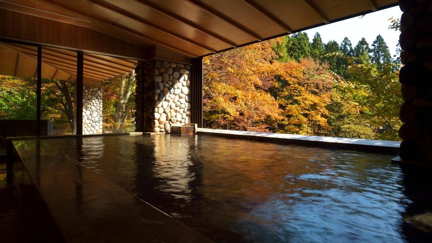 川の湯「内湯」 ※紅葉シーズンは色鮮やかな景色をお楽しみいただけます