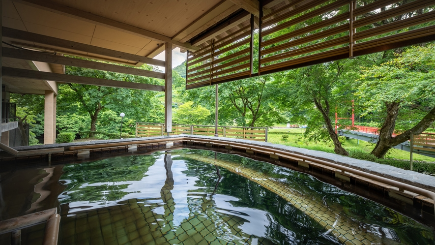 山の湯 立湯露天風呂「満天の湯・星」※1m~1m30cmの水深で、浮遊感の中で温泉をお楽しみください