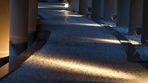 ◆水の回廊/到着後、客室ゾーンへと続くアプローチ。支笏湖に続く、千歳川をモチーフにしています