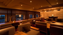 ◆バー「アペ」/ゆったりと語らいの時を過ごせるソファ席