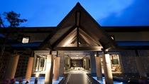 ◆水の謌 外観/札幌から約1時間で、自然豊かな支笏湖温泉に到着。