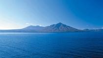 ◆支笏湖/コバルトブルーの湖と、樽前山や風不死岳が織りなす絶景です
