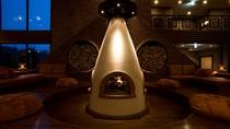 ◆客室ラウンジ[アペソ]/アイヌ文化を取り入れた囲炉裏には、暖かな炎が灯ります