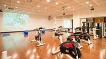 ◆フィットネスジム/「エアロバイク」や「ストレングスマシン」などの、フィットネスマシンがございます