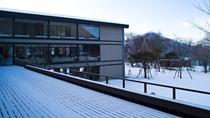 ◆中庭を眺めるウッドデッキ/冬には、北海道らしい真っ白な雪景色が広がります。