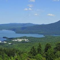 【展望台から望む阿寒湖】右側には雄阿寒岳もご覧頂けます。