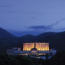 鶯宿温泉の自然に囲まれ、丘の上にたたずむ【ホテル森の風鶯】