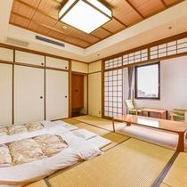 *【和室10畳】明るい朝の日差しが差し込む爽やかなお部屋です。
