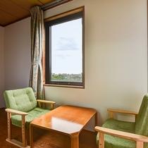 *【和室10畳】椅子に座ってお寛ぎいただくこともできます。