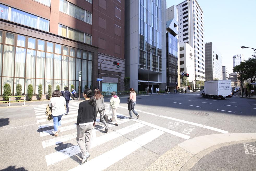 アクセス(青山一丁目駅)(2)交差点を左に渡り、右に進みます。