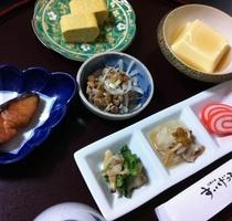 平24春ご朝食一例 赤いのは富山のかまぼこです。