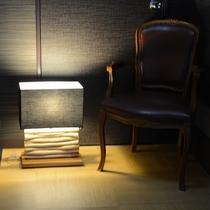 平27年伊藤様撮影、廊下の灯りとクラシカルな椅子