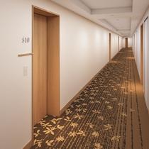 明るく落ち着いた雰囲気の客室廊下
