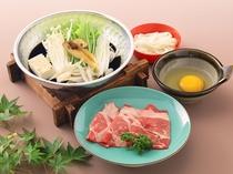 別注料理@1300円別 松茸(外国産)と牛ロースのすき焼き(アップ