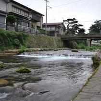 色浴衣で散策はいかが?徒歩5分の清水川。