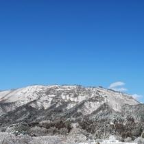 町のシンボル、龍泉洞を抱く山【宇霊羅山】