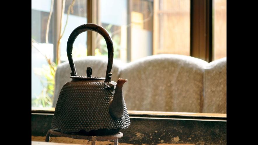 【調度品】古く江戸の盛岡藩と呼ばれていたころからの名物、南部鉄の鉄瓶がございます。