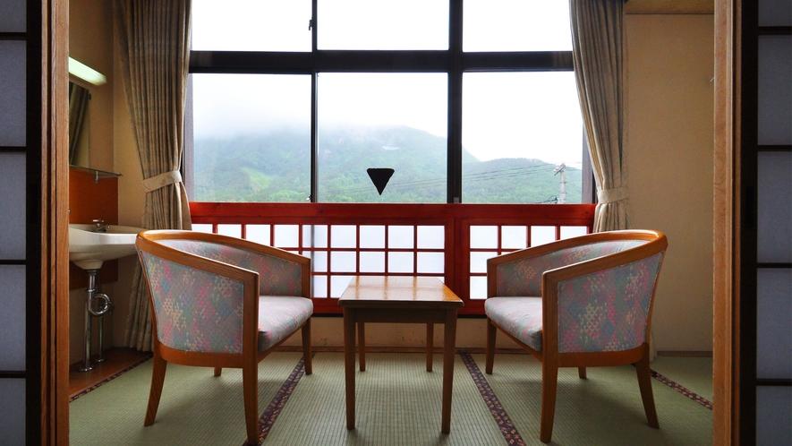 【和室10畳】窓から見えるのは雲のかかった幻想的なウレイラ山の姿です。