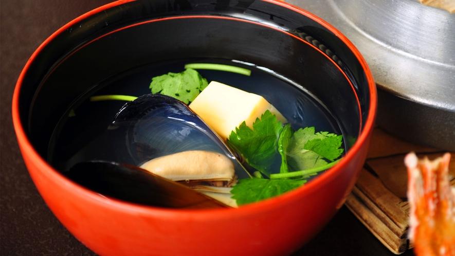 【観光ご夕食】だしの味わいが際立つ、しゅり貝お吸い物