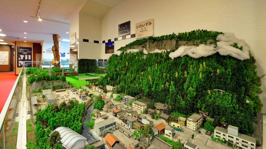 【ロビー】閉鎖された岩泉駅の前には霊峰ウレイラ山。愛山はこの駅を挟んだフロント側にあります。