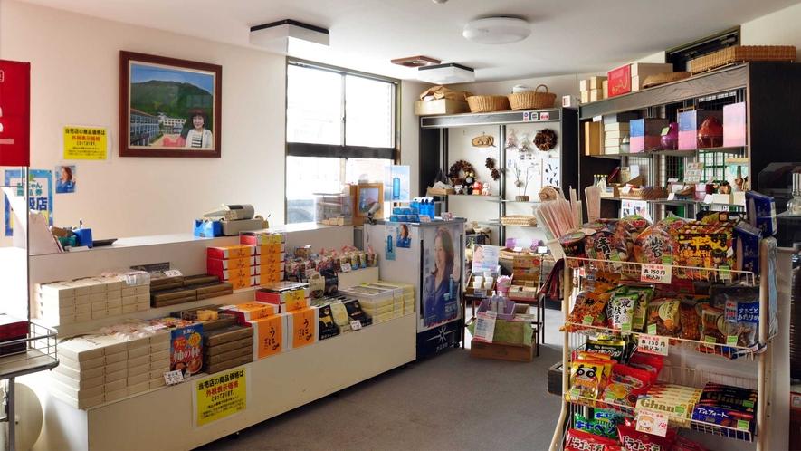 【お土産処「啄木」】店内には地元の名物のお菓子等が並んでおります。