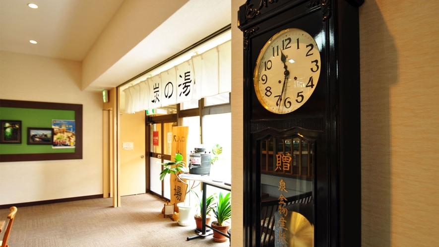 【ロビー】自慢の龍泉洞の清水と木炭を使った大浴場の入り口にある振り子時計。
