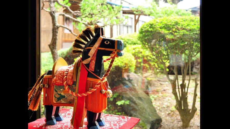 【調度品】年に一度のお祭りで街を練り歩く、チャグチャグ馬コの飾り馬の置物です。