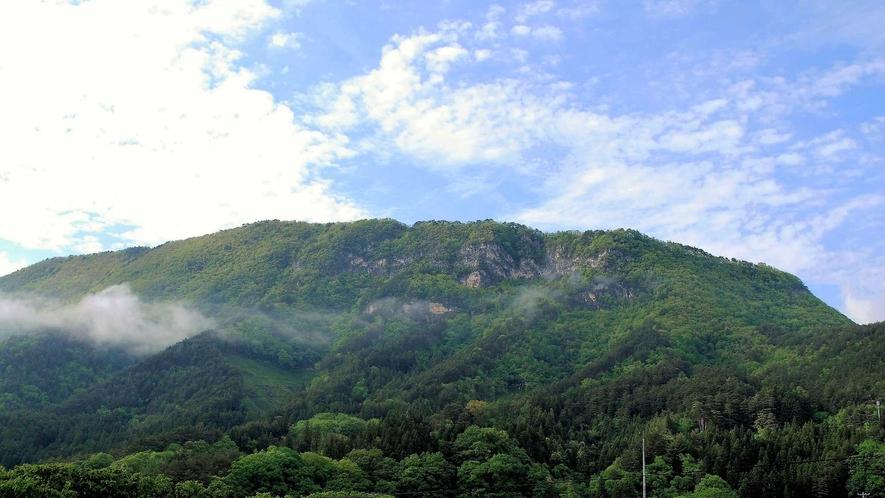 【周辺景観】霊峰「宇霊羅山」は長年地元に愛された身近な山であり、信仰の対象でもありました。