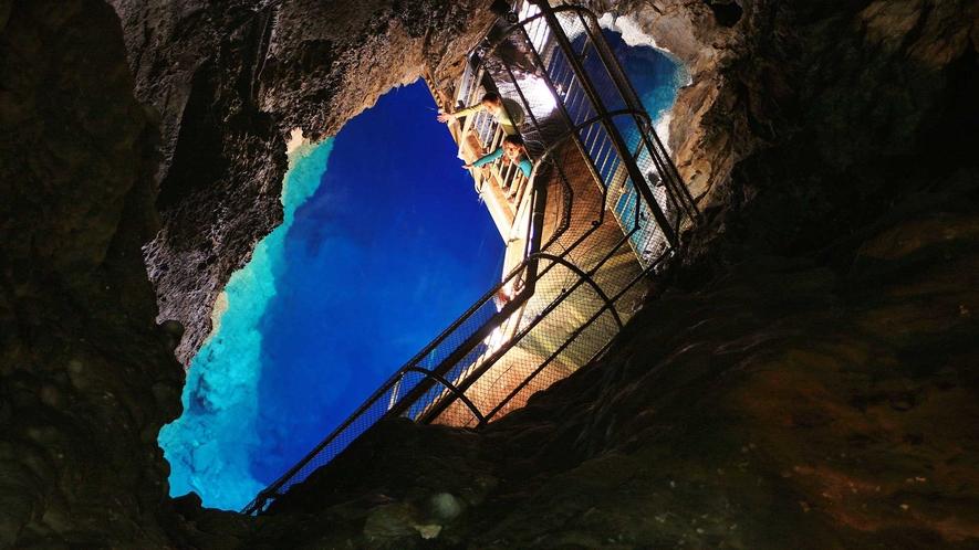 【周辺観光】悠久の年月と自然の神秘を感じさせてくれる、龍泉洞の第1地底湖です。