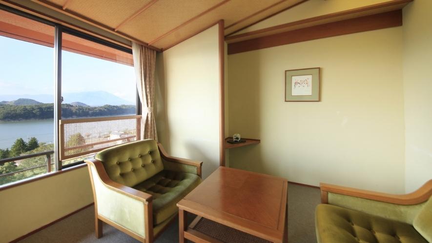 【客室一例】秀翠館 和室/広縁にはテーブルセットを備えております。