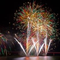 湖を幻想的に浮かび上がらせる花火大会。 第36回つなぎ温泉御所湖まつり・花火大会