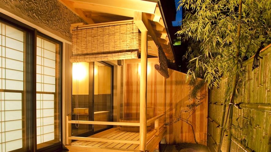 【貸切風呂(露天)】檜または陶器造りの露天風呂です。