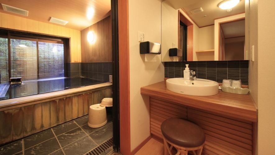 【露天風呂付客室】広々とした内湯は、家族風呂に最適です。
