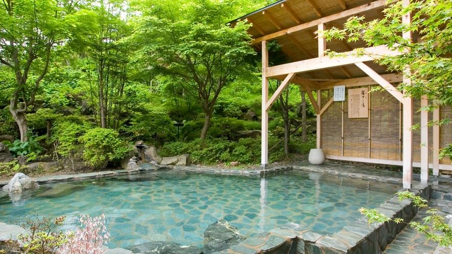 【露天 簾下りの湯(夏)】男性用露天風呂。岩手山を望み、開放感と野趣あふれる露天風呂です。