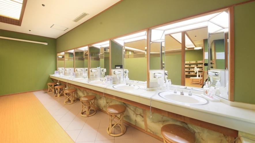 【脱衣所】洗面台は狭さを感じさせない、ゆったりとした間隔の造りです。