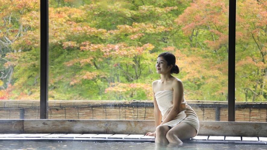 【大浴場 大観の湯】源泉100%かけ流し。大きな窓からは季節の移ろいをお楽しみいただけます。