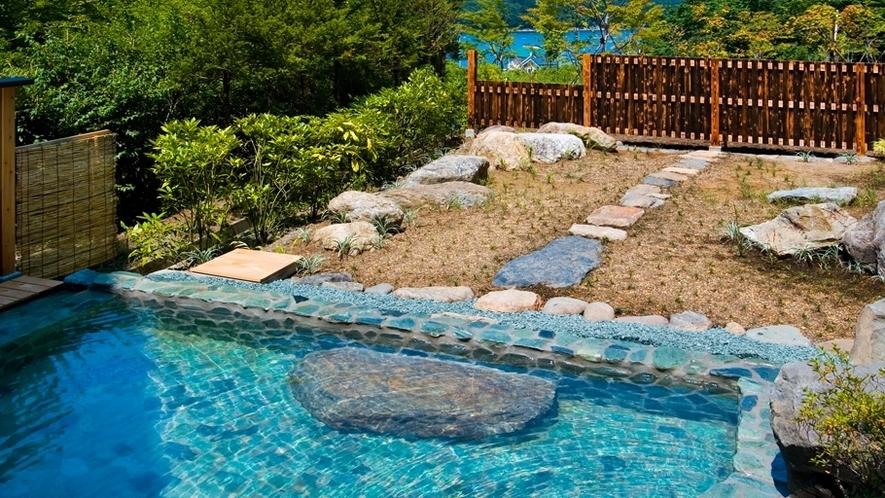 【露天 薬師の湯】女性用露天風呂。晴れた日には岩手山を望め、自然を感じる庭園露天風呂です。