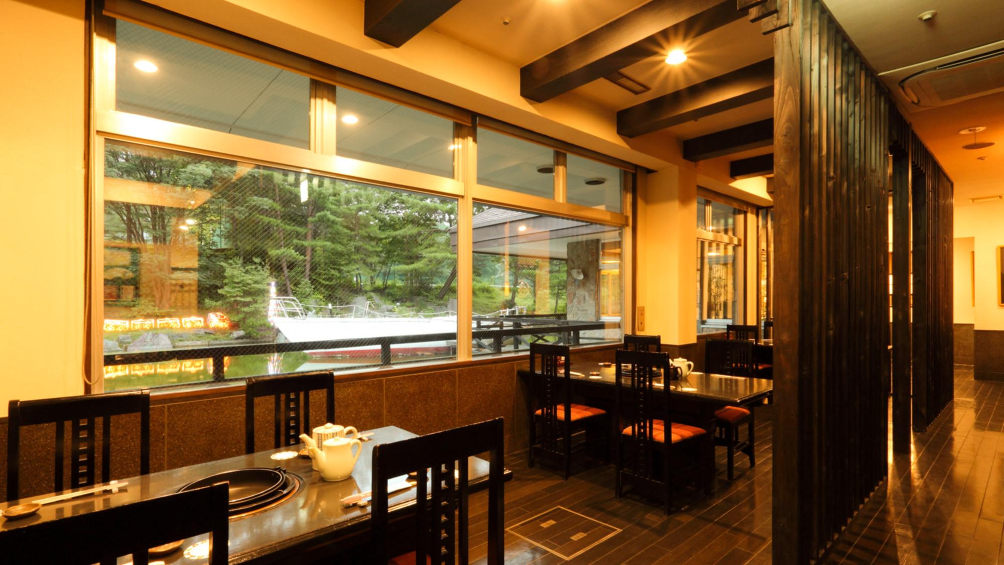 【紅流茶/くるーざー】水辺を眺めながらお食事が楽しめる和食レストラン。