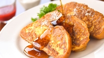 【ブレックファスト】しっとりフレンチトーストなど和洋約40種のメニューをご用意。