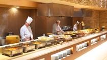 【和洋中ビュッフェディナー】オープンキッチンで作りたての料理をご用意。