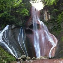 【嫗仙(おうせん)の滝】落差35m、繊細な流れが美しい滝。