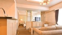 【スイート】寛ぎのリビングスペースと、キングサイズのダブルベッドをご用意したスイートルーム