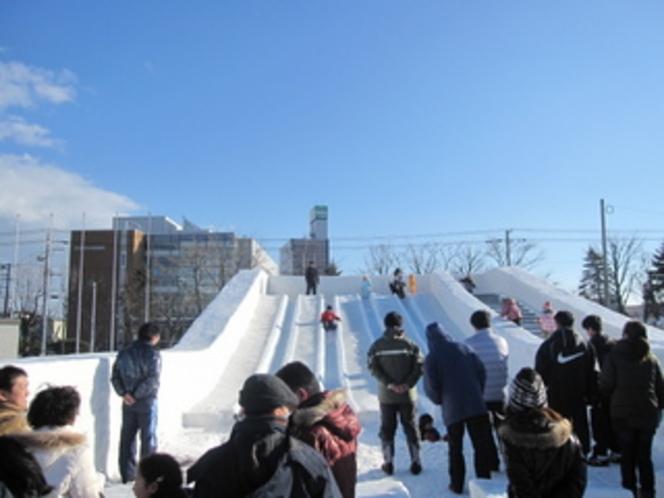 お子様大喜びの「とまこまいスケートまつり」氷の滑り台