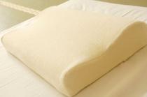 人気の低反発枕とそば殻風ソフトパイプ枕の2種をお部屋にご用意