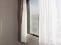 お部屋の窓は、二重窓に複層ガラスで防音対策もバッチリです。