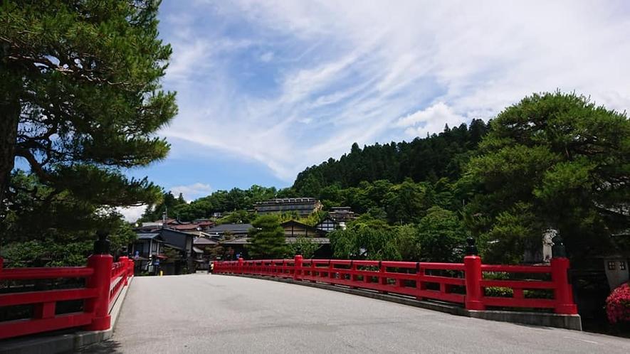 赤い「中橋」から望む城山と当館(中央付近)