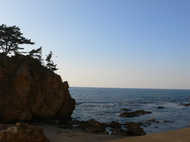 白岩と春の海