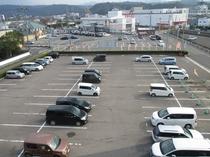 広々無料平面駐車場完備