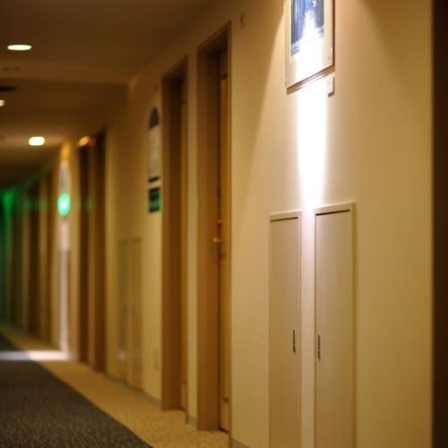 絵画のある廊下